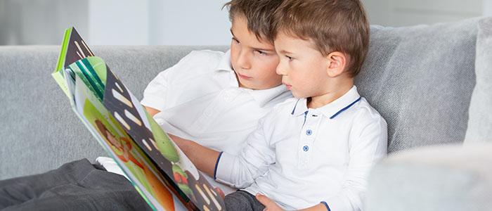 2 frères en train de lire un livre