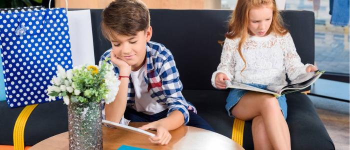 2 jeunes adolescents en train de lire un magazine