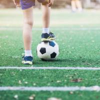 petit garçon avec un ballon de foot