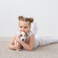 petite fille qui fait un calin à son chien