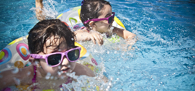 Enfants à la piscine