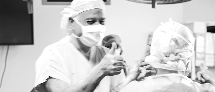 Le médecin Jean-marc Ayoubi après avoir donné naissance à un bébé né grâce à une greffe d'utérus
